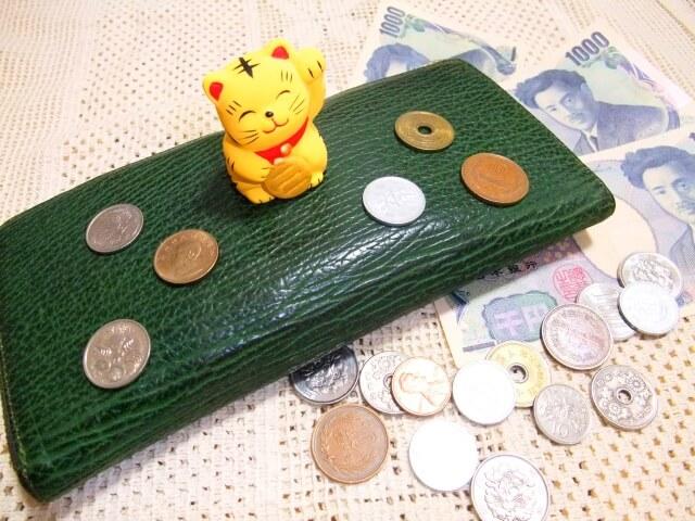 財布と招き猫